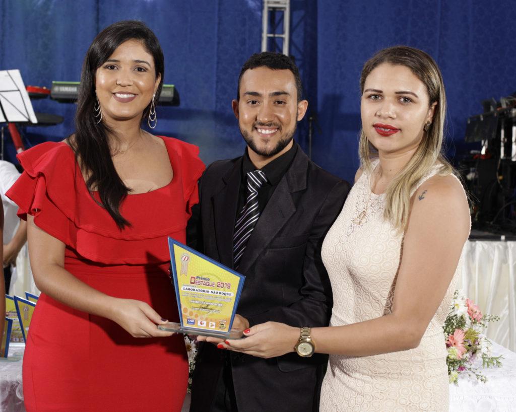 Colabodoras do Laboratório São Roque recebendo o Trofeu Destaque 2019 Deise Kelly Q. S. Trindade - Biomédica (a esquerda) e Adriele de S. Santos - Recepcionista (a direita)